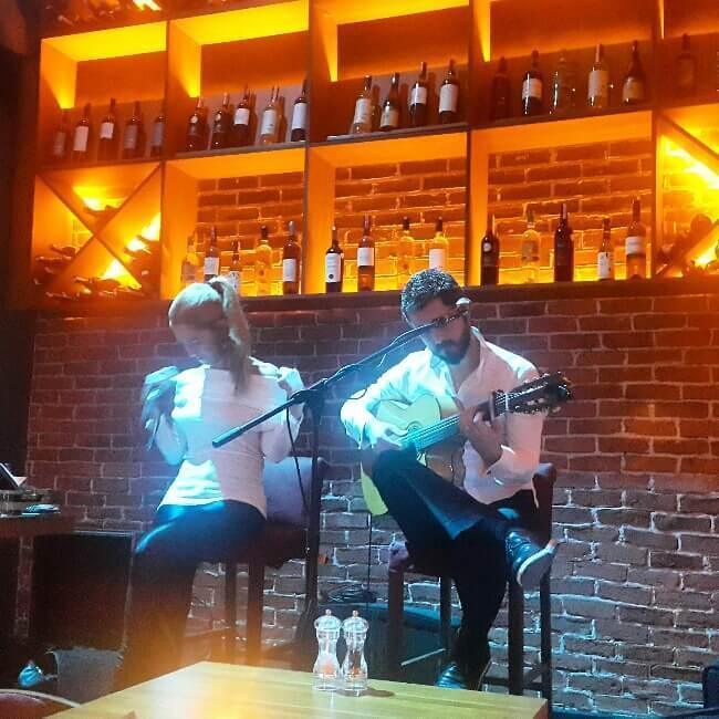 Taksim'de Kaliteli Canlı Müzik, Şarap, Tapas ve Sushinin Buluştuğu Mekan (2)